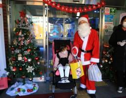산타할아버지와 사진을 찍는 아동의 모습 01